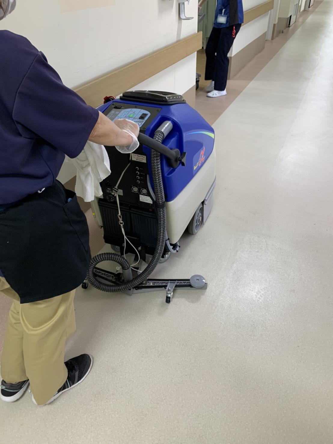宇治病院 自動床洗浄機導入による廊下の清掃